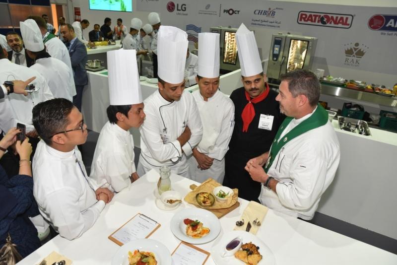 أحد أعضاء هيئة التحكيم الخبراء من الرابطة العالمية لجمعيات الطهاة يشيد بأطباق الطهاة في مسابقة الطهي