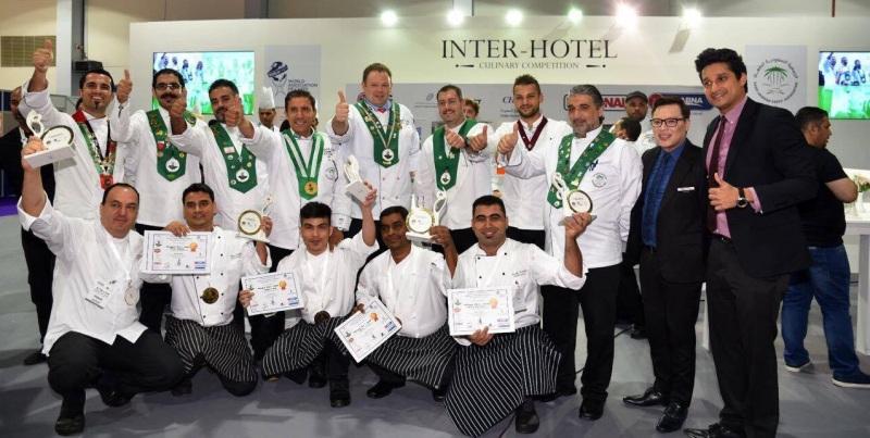 ممثلو الرابطة العالمية لجمعيات الطهاة، وجمعية الطهاة السعوديين، وحلقة طاولة الطهاة السعودية، يقدمون